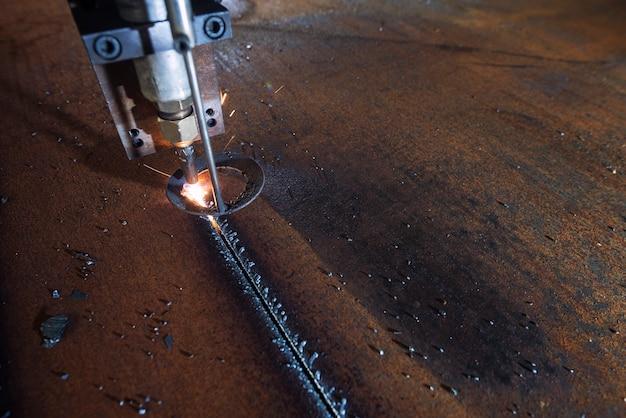 Plasma laser cnc industriale macchina taglio ferro e acciaio in officina di carpenteria metallica.