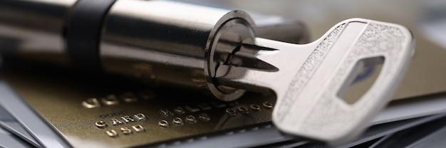 Le carte bancarie di plastica sono con serratura e chiave