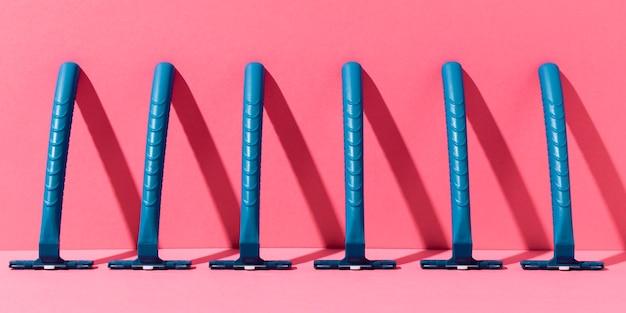 Lame di rasoio in plastica blu su sfondo minimalista