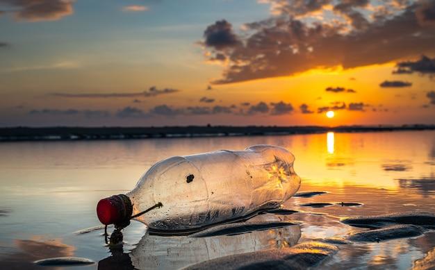 Bottiglia di plastica sulla spiaggia.