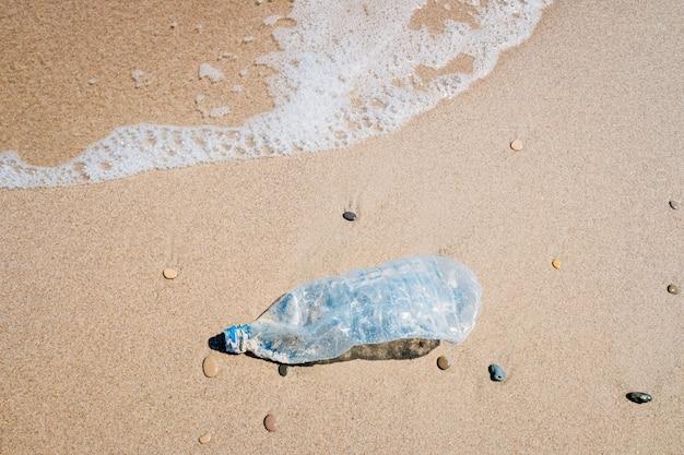 Bottiglia di plastica sulla spiaggia