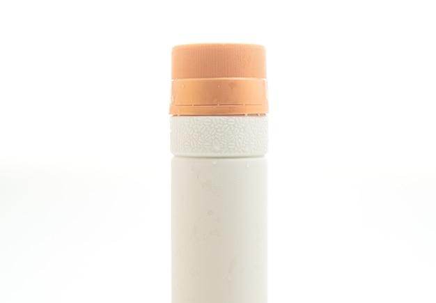 Bottiglia di plastica per il confezionamento di bevande isolato su sfondo bianco