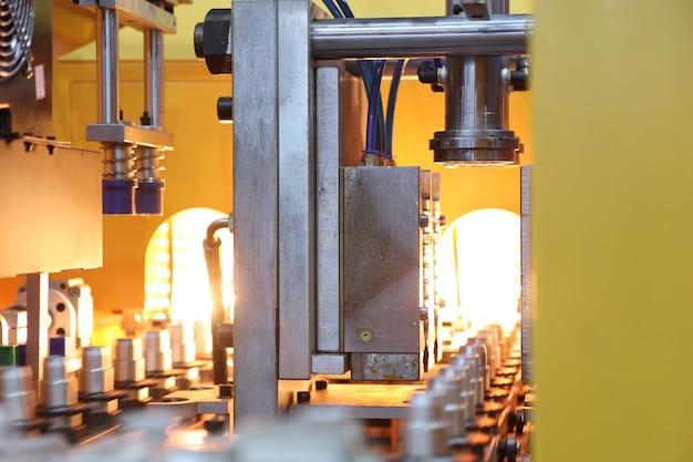 Set di stampi ad iniezione per bottiglie di plastica in macchina; preparazione per la produzione; sfondo di attrezzature per la produzione industriale
