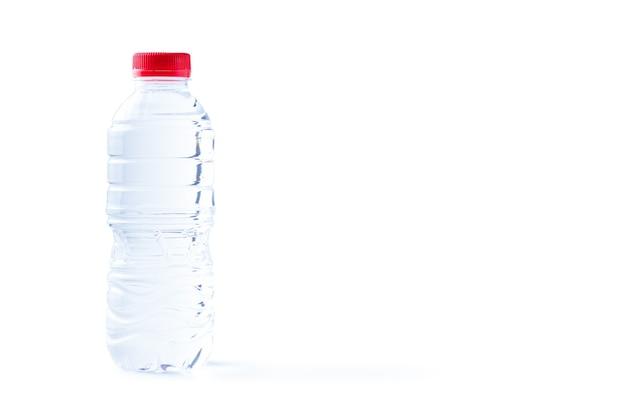 Bottiglia di plastica di acqua ancora sana isolata, copia dello spazio