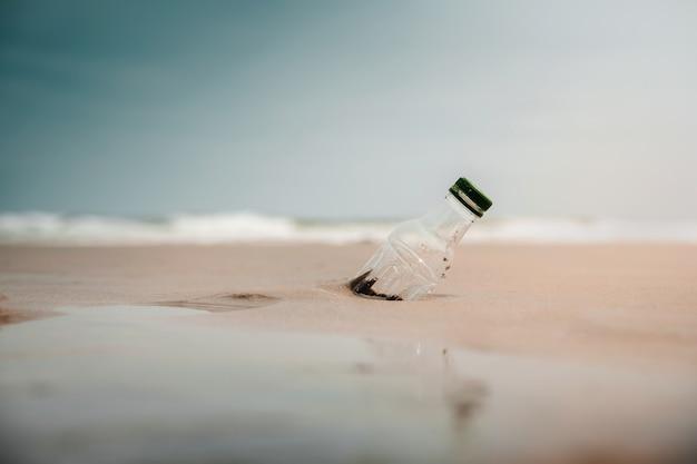 Rifiuti di bottiglie di plastica sulla sabbia della spiaggia