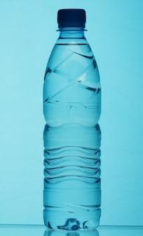 Bottiglia di plastica di acqua da vicino