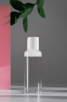 Bottiglia di plastica con acqua micellare per la rimozione del trucco