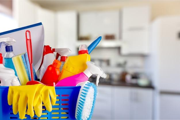 Bottiglie di plastica, spugne per la pulizia e guanti sullo sfondo