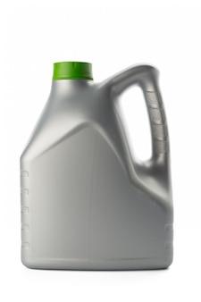 Bottiglie di plastica dagli oli dell'automobile isolati su bianco