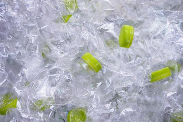 Le bottiglie di plastica riciclano il concetto di sfondo