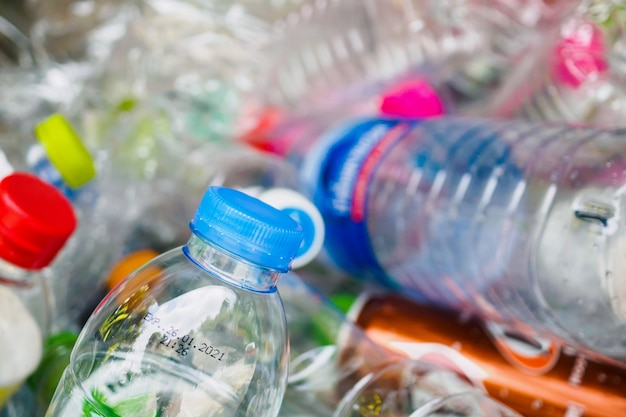Bottiglie di plastica nella stazione di riciclaggio dei rifiuti si chiudono