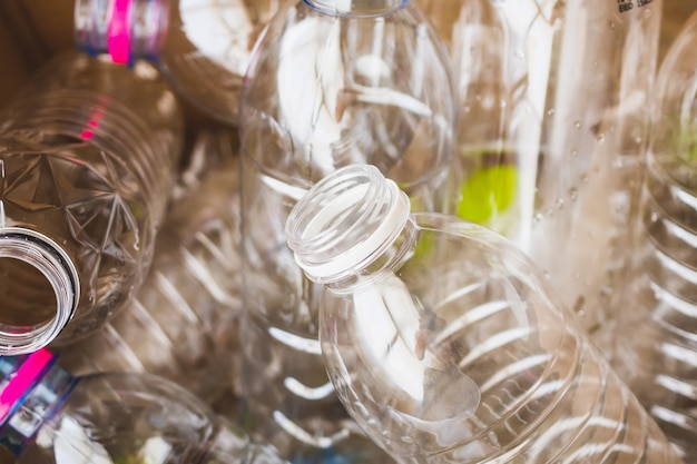 Concetto di riciclaggio di bottiglie di plastica
