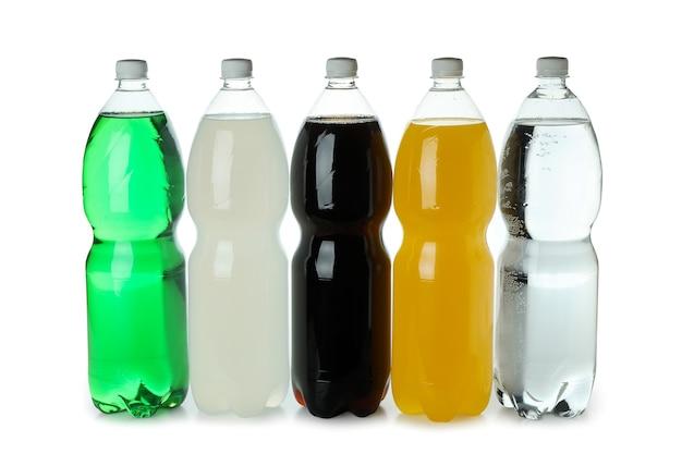 Bottiglie di plastica con soda diversa isolata sulla superficie bianca