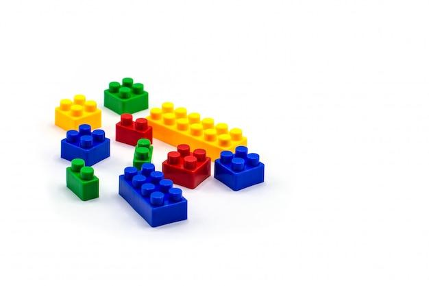 Particelle elementari di plastica isolate su bianco