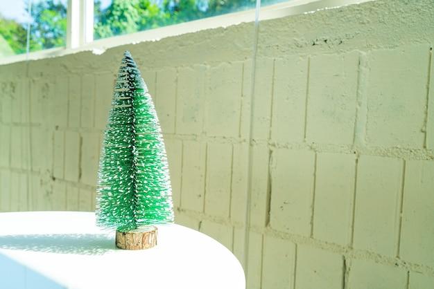 Albero di natale in plastica decorare sul tavolo per il festival di natale e felice anno nuovo