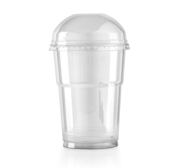 Tazza in plastica trasparente con coperchio a cupola isolato su bianco con tracciato di ritaglio