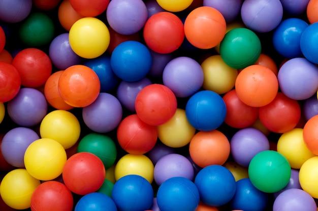 Sfere colorate di plastica