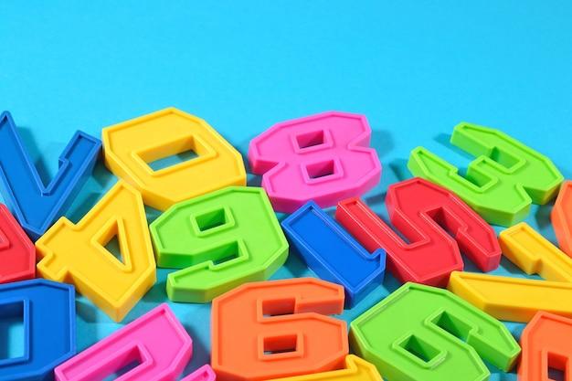 Numeri colorati in plastica su sfondo blu