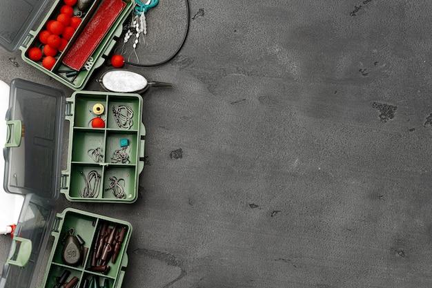 Scomparto in plastica e foto vista dall'alto dell'attrezzatura da pesca