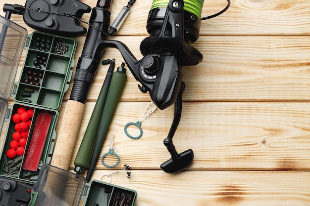 Custodia con scomparto in plastica e attrezzatura da pesca