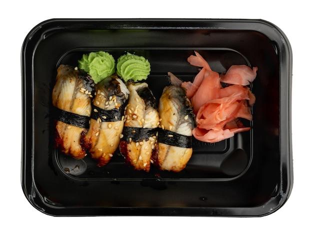 Contenitore in plastica con set sushi unagi nigiri pronto per la consegna da asporto