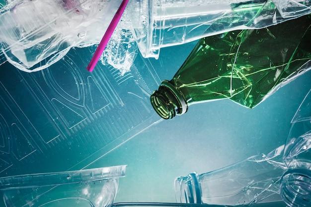Contenitori di plastica puliti prima del riciclaggio