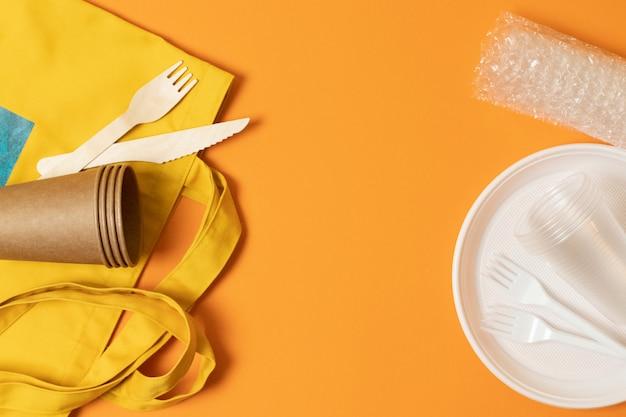 Bicchiere di plastica, piastra, forchette, bicchieri di carta e sacchetto in tessuto