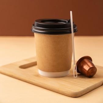 Bicchiere di plastica con capsula di caffè