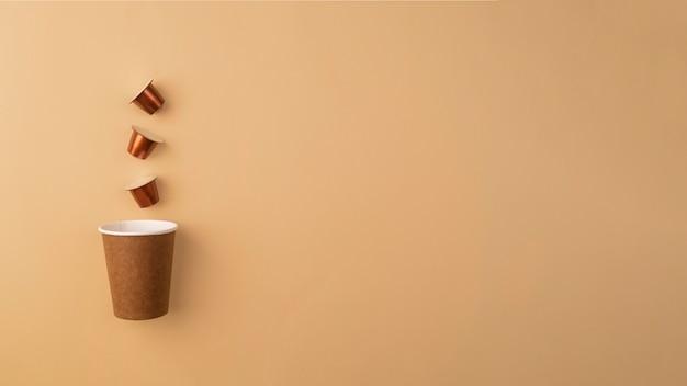 Bicchiere di plastica con capsule di caffè