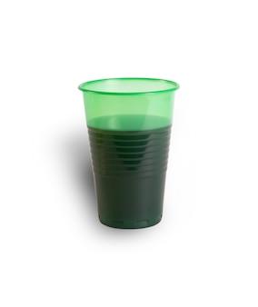 Bicchiere di plastica con una bevanda isolata