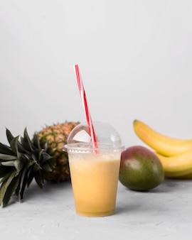 Bicchiere di plastica con frullato naturale