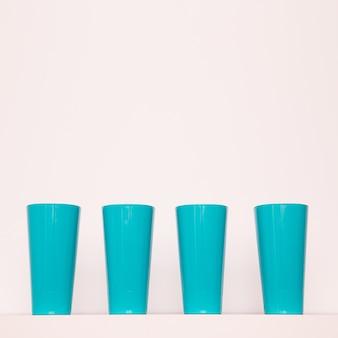 Bicchieri di plastica. arte minimale piatta