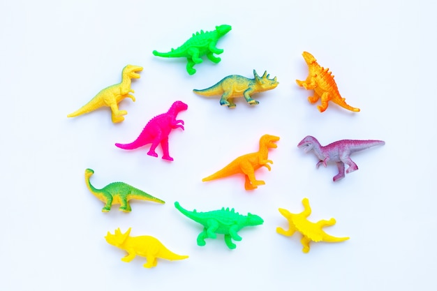 Giocattoli di plastica del dinosauro su bianco. vista dall'alto