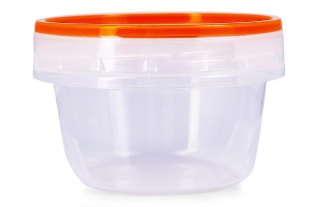 Tazza di plastica per alimenti con coperchio rosso isolato su bianco