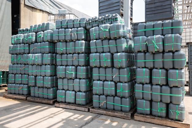 Gallone di plastica verde di olio impilato