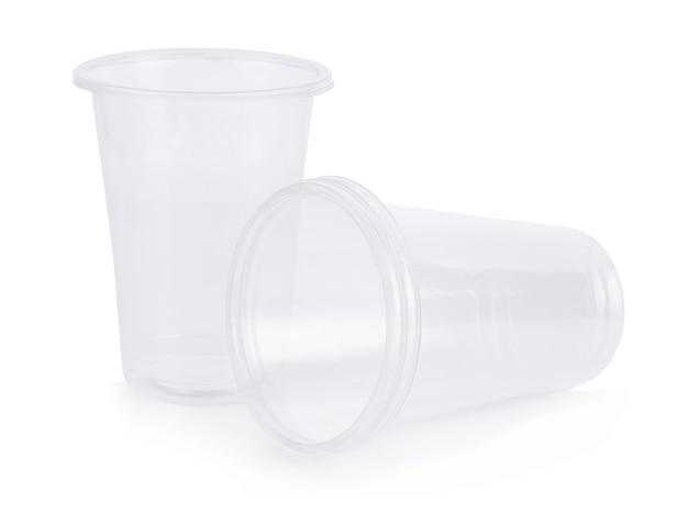 Vetro di plastica isolato su superficie bianca