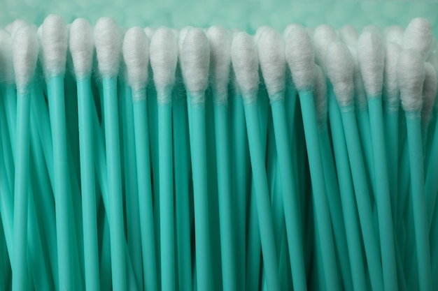 Sfondo di tamponi di cotone menta plastica, primi piani
