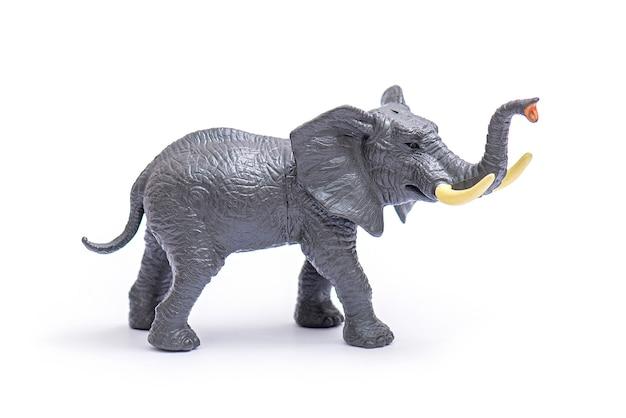 Modello in plastica di elefante. giocattolo dell'elefante isolato su bianco.