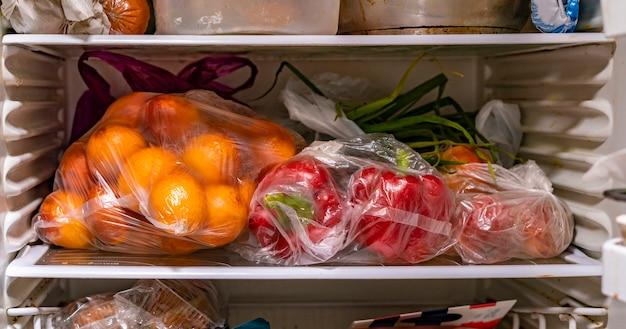 Le confezioni di plastica elemosinano frutta fresca e verdura dopo i mercati