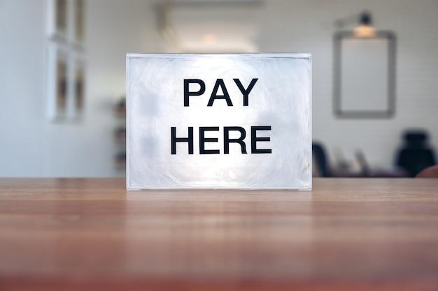 Una scatola di pagamento in plastica su un tavolo di legno nel negozio