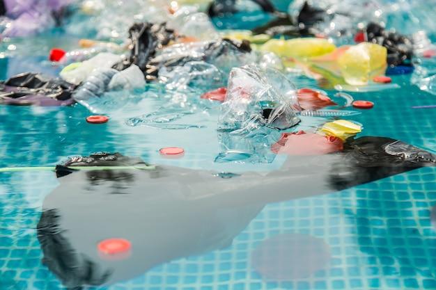 Riciclaggio della plastica, inquinamento e concetto ambientale - problema ambientale dell'inquinamento da rifiuti di plastica nell'oceano
