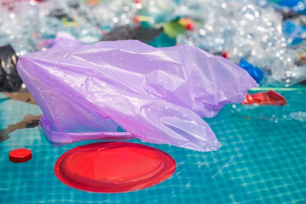 Riciclaggio della plastica, inquinamento e concetto ambientale - problema ambientale dell'inquinamento da rifiuti di plastica