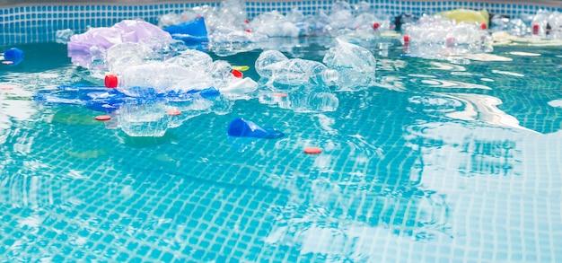 Inquinamento dei rifiuti di plastica nell'ambiente idrico.