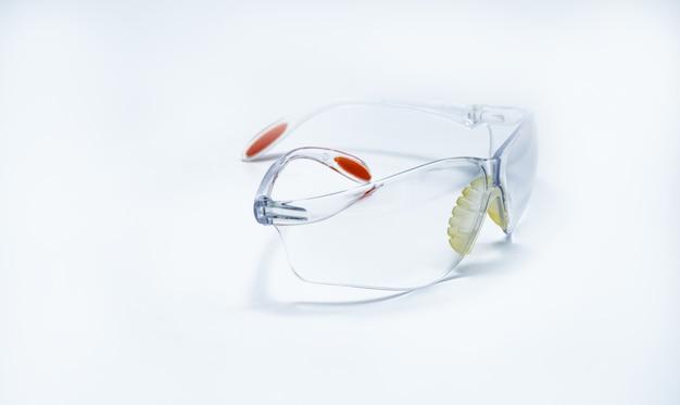 Occhiali di protezione in plastica isolati. occhiali protettivi per gli occhi dell'operaio in cantiere o in fabbrica. strumento di sicurezza.