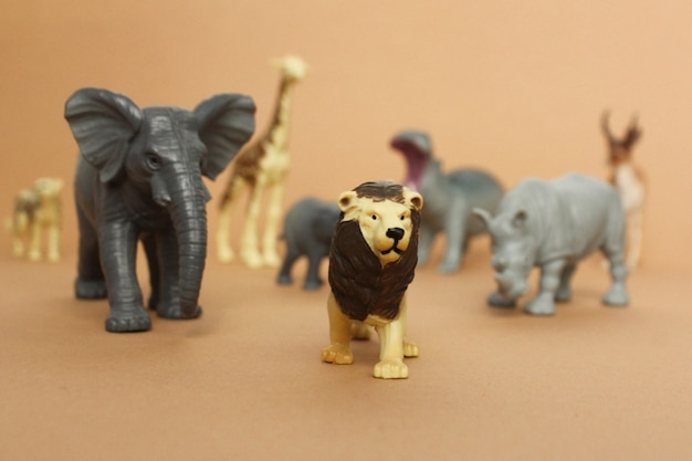 Figure giocattolo di plastica di animali. gli animali seguono il leone.