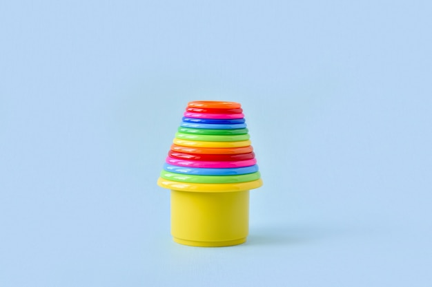 Una torre giocattolo di plastica composta da molte parti con spazio per il testo