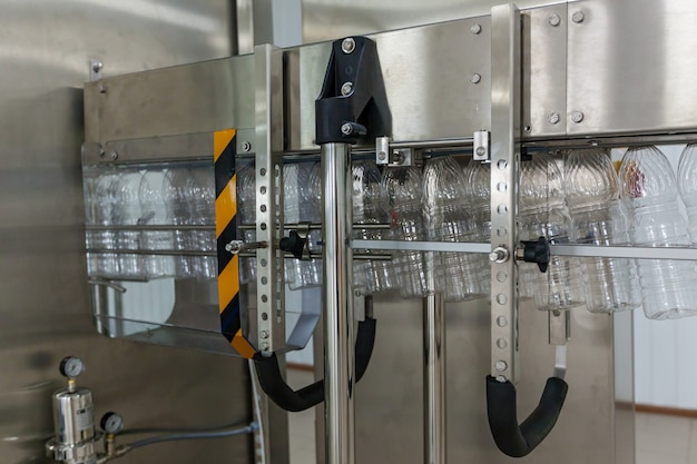 Le bottiglie di plastica trasparenti si muovono sul trasportatore. bottiglie di plastica sul trasportatore