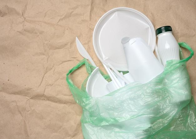 Rifiuti di plastica dalla vita su carta kraft marrone, inquinamento ambientale, vista dall'alto