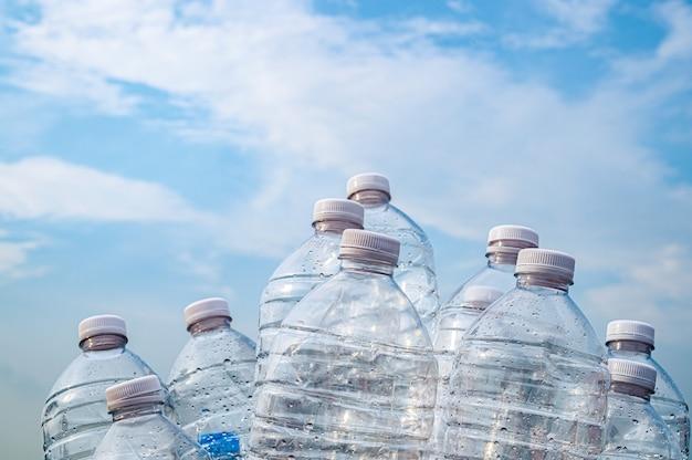 Bottiglia d'acqua in plastica sul cielo
