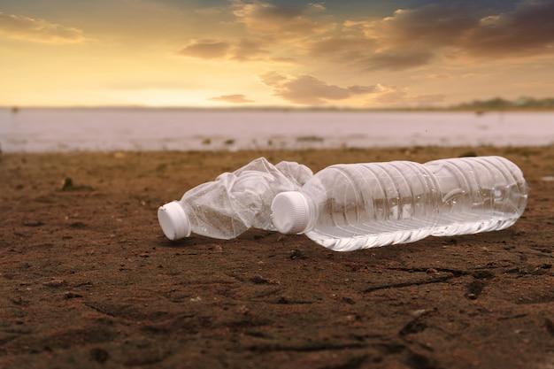 Inquinamento delle bottiglie d'acqua in plastica nell'oceano (concetto di ambiente)